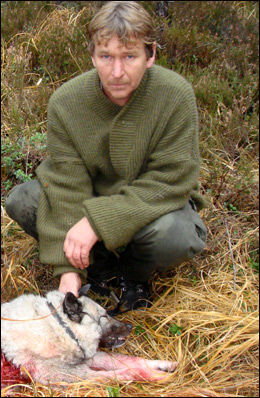 FANT JAKTHUNDEN DØD: Hundeeier Jon Stabekk fant hunden drept av ulv. Foto: Bobo Garder