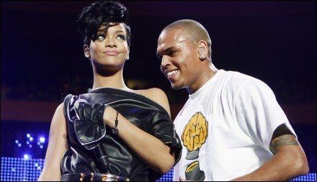 FØR VOLDEN: Rihanna og Chris Brown på scenen sammen i 2008. Foto: Reuters