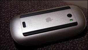 Her ser du undersiden av Magic Mouse. Ser du det lille, grønne lyset over batteridekselet? Det indikerer at musa er skrudd på. (Foto: Kirsti Østvang)