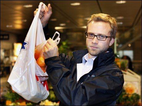 I POSE OG SEKK: Høyres Nikolai Astrup vil at staten skal ha inn 800 millioner i plastposeavgift. Foto: