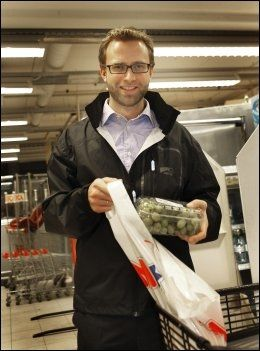 TIL MILJØTILTAK: Høyres Nikolai Astrup ønsker å bruke pengene fra poseavgiftene til miljøtiltak. Foto: