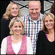 FORELSKET BONDE: Clas Kvisler, her med Lisa Omtvedt, Ann-Marie Berg og Aina Korsvold, innrømmet på TV at han er forelsket. Foto: Beate Larsen/ TV 2