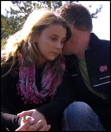 ALVORSPRAT: Bonden kristian Akervold hvisker hemmelige ord i øret på Anita Orvedal, som vurderer å trekke seg. Foto: TV 2