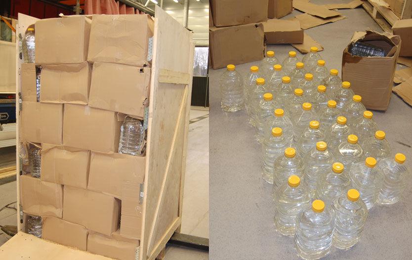 GJEMT I KASSER: Slik så kassene med smuglersprit ut. Ifølge Tollvesenet dreier det seg om et parti på 9900 liter ren sprit. Foto: Tollvesenet