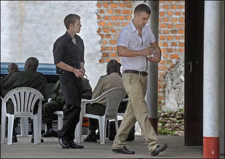 ANKESAK: Her ankommer Tjostolv Moland og Joshua French rettslokalet i Kisangani onsdag. Foto: Helge Mikalsen