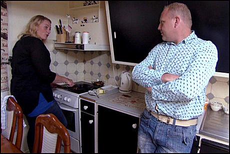 ANSPENT: Lisa og Clas i amper samtale over middagen i kveldens epsiode av «Jakten på kjærligheten». Foto: TV 2
