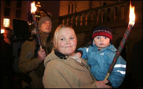 KRITISKE: Foreldrene Cathrine og Anders Woldstad ønsker ikke å vaksinere sin to år gamle sønn Carosander. Foto: Mads A. Andersen