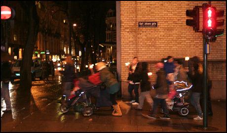 BARN I TOG: Flere småbarnsforeldre tok med seg barna sine og gikk i fakkeltog mot svineinfluensavaksinen i Oslo torsdag kveld. Foto: Mads A. Andersen