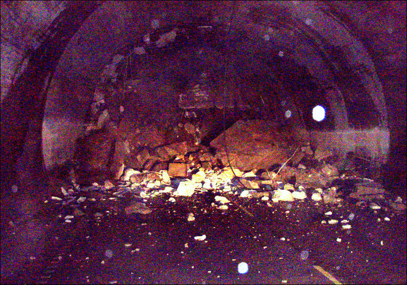 MASSIVE BETONGBLOKKER: Store steinblokker raset ned og knuste betongen i tunnelportalen, som deretter datt ned i veibanen. Foto: STATENS VEGVESEN