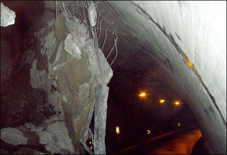 SPERRER VEIEN: Betongkonstruksjonen som omslutter tunnelinngangen ga etter da store steinblokker raste ned fra fjellsiden. Foto: STATENS VEGVESEN