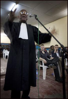 ANKLAGER FORSVARERNE FOR LØGN: Familiens advokat Alauwa i retten lørdag. Han mener Molands forsvarer André Kibambe lyver om at Moland er syk. Foto: Andrea Gjestvang/VG