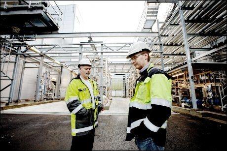 KAN GÅ DUKKEN: Biodieselfabrikken Uniol må antagelig legge ned produksjonen. Fra venstre: Roar Frølandshagen (tillitsvalgt) og Runar Jensen (fabrikksjef). Foto: Linn Cathrin Olsen/VG