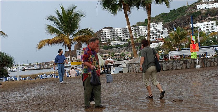 IKKE VÆRGARANTI: I november 2001 så det sånn ut etter et uvær på Gran Canaria. Og uvær kan du ikke klage på etter Pakkereiseloven. Foto: Juan Gregorio Periodico LA PROVINCIA DLP
