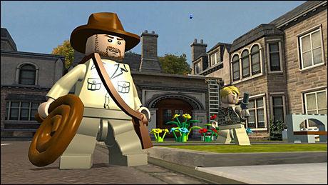 KLOSSETE HELT: Indiana Jones i velkjent - om enn noe klossete - positur i «Lego Indiana Jones 2». Foto: TRAVELLERS TALES/LUCASARTS
