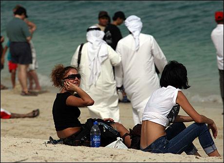 KLESKODE: Du må passe på bekledningen i Dubai. Foto: AFP
