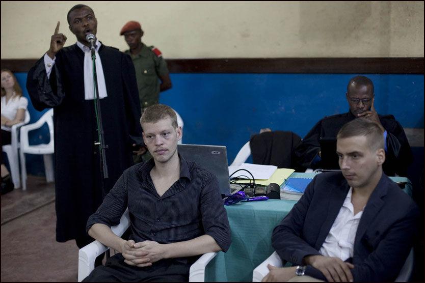 ENGASJERT: Tsjotolv Molands forsvarer André Kibambe sto oppreist med trådløs mikrofon under sin prosedyre i Kongo lørdag. Foto: Tor Hartvig-Bondø