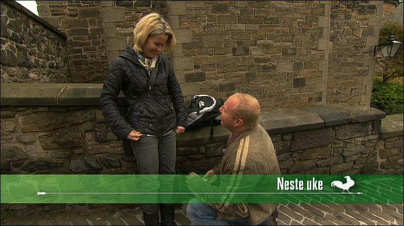 CLAS FRIR: I et glimt fra neste episode av Jakten på Kjæreligheten kan seerne se at Claus Kvisler frir til Anne-Marie Berge Foto: TV 2
