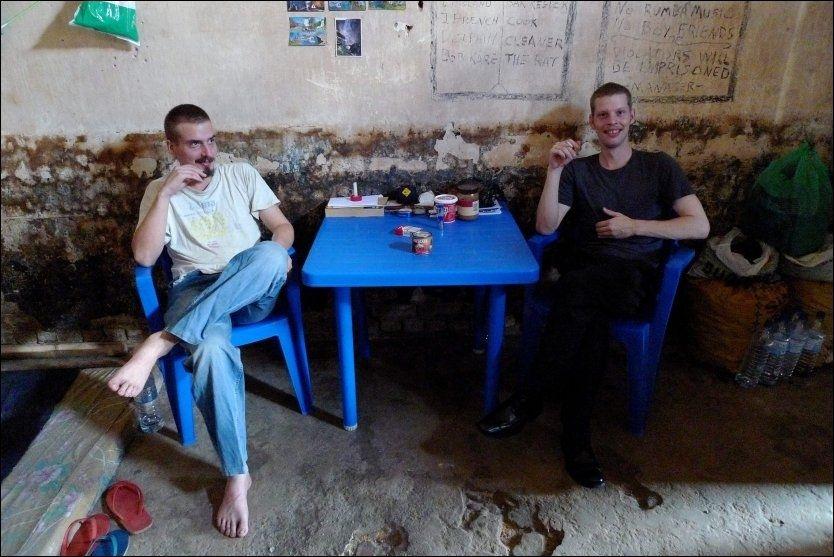 DÅRLIGE FORHOLD: Tjostolv Moland og Joshua French holdes i sentralfengselet i Kisangani sammen med noen hundre medfanger under kummerlige og svært dårlige sanitære forhold. Foto: Kristian Helgesen