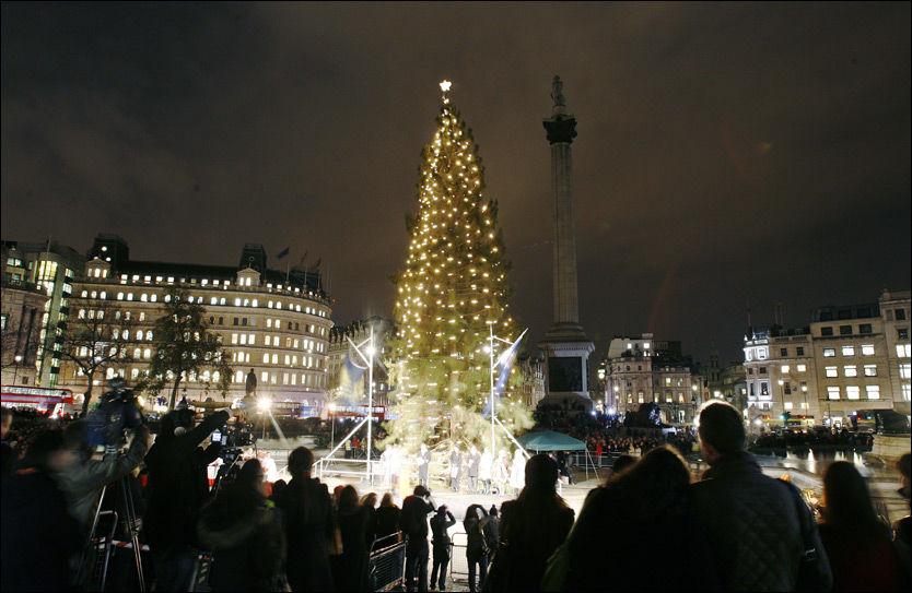 LYST: Tenningen av juletreet er en stor attrakson. Foto: Reuters