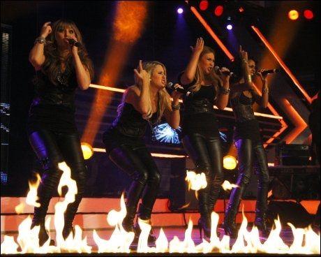 FIGHTERE: Shackles laget show på scenen med Christina Aguileras låt Fighter på scenen fredag. Foto: Scanpix