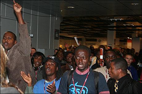 DEMONSTRASJON: Folk fra ulike afrikanske land samlet seg inne på Bella Center og ropte om en rettferdig klimaavtale tirsdag kveld. Foto: Anne Vinding