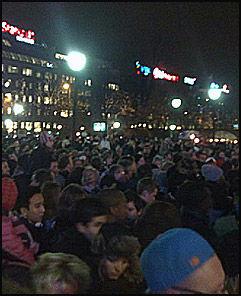 FOLKEHAV: Mange tusen mennesker venter på Obama. Foto: VG Nett