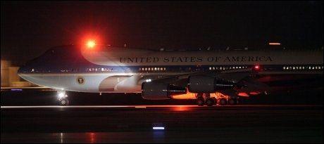 TOK AV: Air Force One, med president Barack Obama og hans kone Michelle om bord, tok av fra Andrews Air Force Base kort tid før klokken 01.30 i natt. Foto: AP