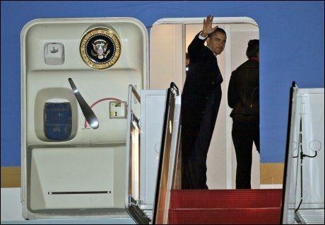 PÅ VEI: I sedvanlig stil vinket president Barack Obama til prssen før han steg inn i Air Force One. Flyet er ventet å lande på Gardermoen klokken 08.45 torsdag. Foto: AP