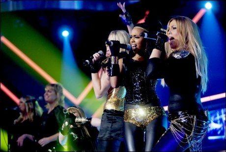 FREMFØRER HELT NY LÅT: Jentene i Shackles synger sin nye låt «Breaking the silence» i finalen fredag. Foto: Scanpix