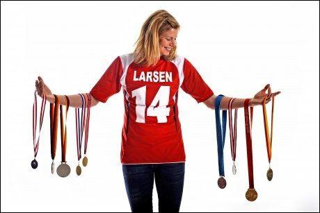 MEDALJEGROSSIST: Tonje Larsen viste VG alle sine medaljer fra EM, VM og OL - før avreise til Kina. Nå kjemper hun om nok en medalje til samlingen. Foto: Bjørn S. Delebekk