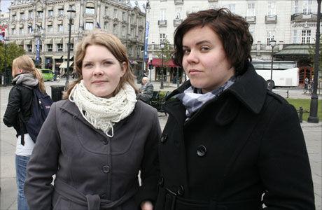 FRUSTRERT: Anne Karine Nymoen, leder i NSU (til venstre), og Ina Tandberg i Stl demonstrerte foran stortinget i oktober. De mener norske studenter trenger mer studiestøtte, og er frustrert over å være prioritert ut av Soria Moria II. Foto: Ingrid Hvidsten