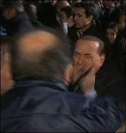HER BLIR HAN ANGREPET: Silvio Berlusconi ble truffet av en miniatyrkatedral. Foto: EPA