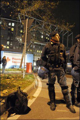 POLITIVAKT: Politiet vokter inngangen til sykehuset der Berlusconi er lagt inn. Foto: AFP
