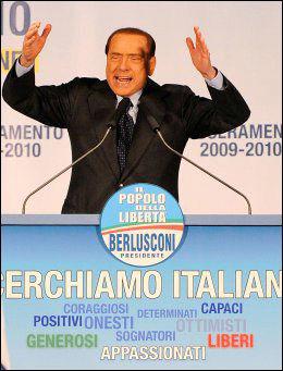 TALTE TIL SINE EGNE: Silvio Berlusconi snakket til sine konservative tilhengere før det dramatiske angrepet. Foto: AFP