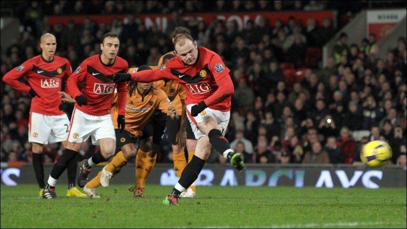 1-0: Her setter Wayne Rooney inn Uniteds første på straffe. Spissen er nå oppe i 12 mål, ett bak toppscorer Didier Drogba. Foto: AFP
