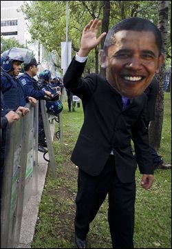 KØBENHAVN: En protestant iført Obama-maske. Foto: AFP