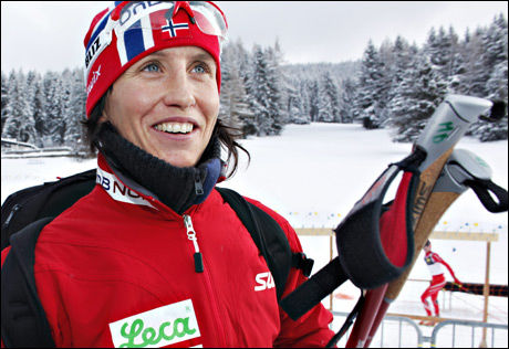 KAN PUSTE UT: Marit Bjørgen har hatt mye å smile for denne sesongen. Noe av grunnen er hennes nye astmamedisin, som gir henne bedre lufttilførsel til lungene. Her er hun i Davos etter 10 kilometeren sist helg. Foto: Mattis Sandblad