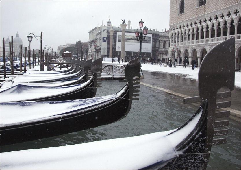 29 MINUS: Gondolene i den norditalienske byen Venezia er dekket av snø. Det ble satt kulderekord i Italia i helgen med 29 minusgrader. Foto: Reuters