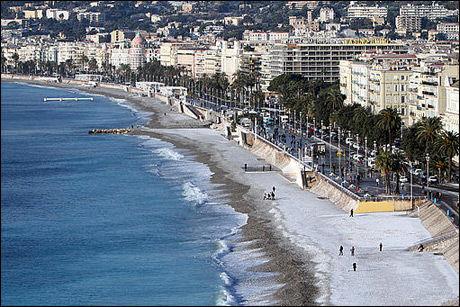 IKKE SÅ FRISTENDE: Stranden i Nice sørøst i Frankrike er vanligvis et yndet sted for badeløver. Søndag var den dekket av et lag med snø. Foto: Reuters