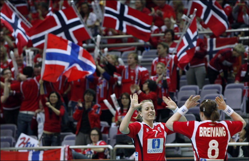 SEIERSJUBEL: Tonje Nøstvold og Karoline Dyhre Breivang slipper jubelen løs etter seieren mot Spania. Foto: Reuters