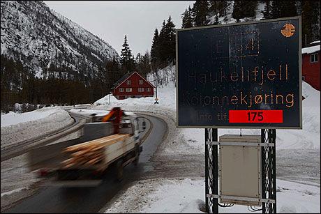 KOLONNE: Hold øyekonatkt med bilen foran ved kolonnekjøring. Foto: Scanpix