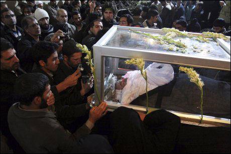 Voldelige sammenstøt etter ayatollah-begravelse: - Angrep reform-ayatollahs hus