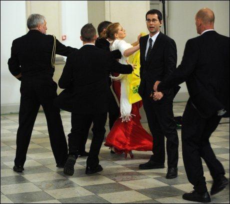 PÅGREPET: Her blir Nora Christensen ble d pågrepet av politiets etterretningstjeneste etter at hun snek seg inn på slottet i Danmarki. Foto: AFP