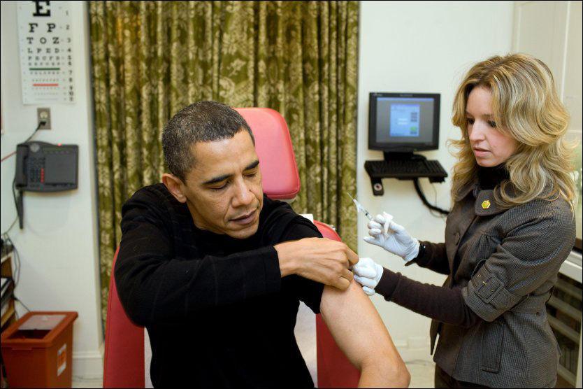 TAR INFLUENSAVAKSINE: Her gjør Obama seg klar til nålestikket som skal beskytte ham mot svineinfluensa på presidentens eget legekontor i Det hvite hus. Foto: AFP / Det hvite hus