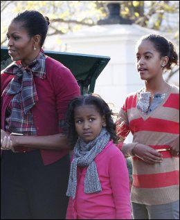 VAKSINERT: Michelle og barna Sasha (i.m.) og Malia (t.h.). Foto: Reuters