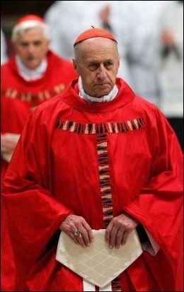 SKADET: Den franske kardinalen Roger Etchegaray brakk benet under tumultene som oppsto da paven ble angrepet. Foto: AFP