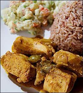 Kokt kylling med ris og bønner og potetsalat. Foto: Gøran Bohlin
