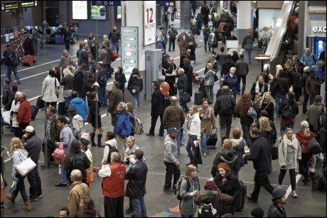 FORVENTER MYE VENTING: Mange togpassasjerer vil bli rammet av forsinkelser onsdag. Dette bildet er tatt på Oslo S ved en tidligere anledning. Foto: Tore Kristiansen