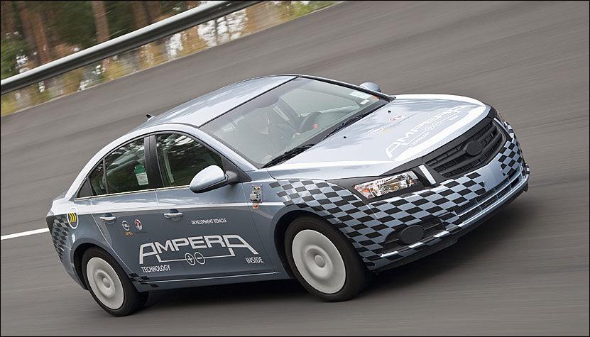 SUMMER AV GÅRDE: Når Opel Ampera starter med fulladet batteri, kjørre den de første 60 kilometerne på ren elektrisk drift. Så slår den lille bensinmotoren inn for å opprettholde batterinivået. På 50 mil har bilen et forbruk på 0,16 liter per mil og et CO2-utslipp på 40 gram per kilometer. CO2-utslippet avhenger av om strømmen er fra en fornybar kilde eller kullkraft. Foto: Opel