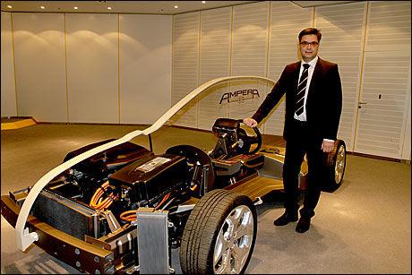 FLERE ELBILER: Utviklingssjef for elbiler med rekkeviddeforlenger i GM Europa Gherardo Corsini, sier at General Motors ' globale utviklingsteam vurderer mange bilmodeller for teknologien. Her er han ved Opel Ampreas drivlinje, som består av både elektromotor og en liten 1,4 liters bensinmotor som lager strøm. Foto: Hanne Hattrem